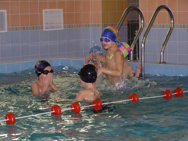 Проводницы девчонки балуются в бассейне
